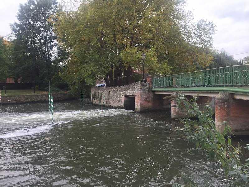 Slaloms uprights near Bedford Weir